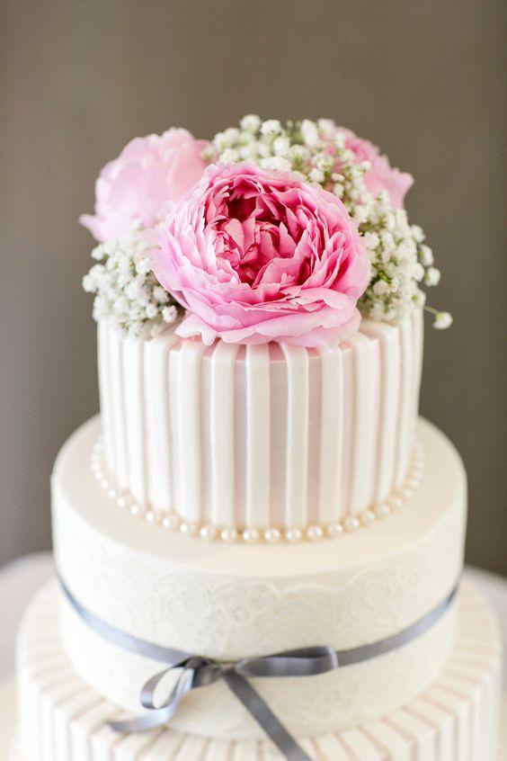 Blog OMG - I'm Engaged! - Bolo de casamento decorado com flores naturais. Wedding cake.