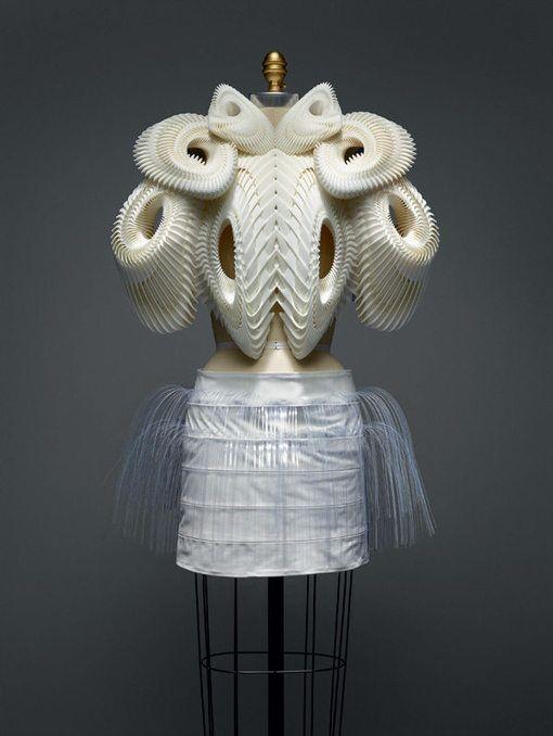 """Enorme succès pour l'exposition de mode """"Manus x Machina"""" au Met de New York…"""