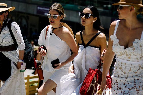 Gloria Saldarriaga y Jenny Lopez, en un vestido de Olga Piedrahita: