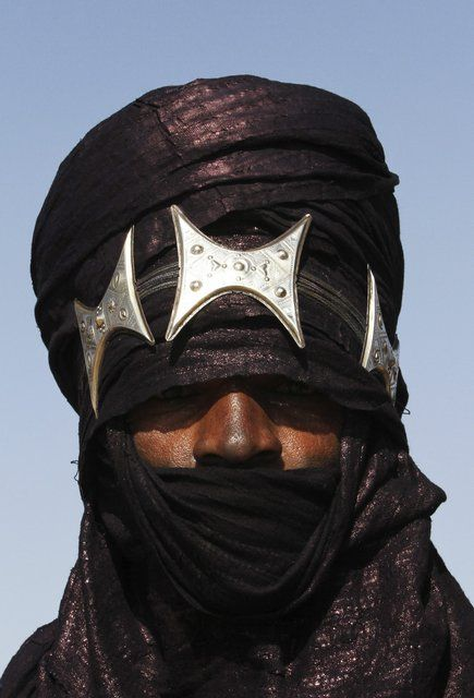 Africa | Tuareg man dressed for the annual Festival in Niger that marks the end of the rainy season.  His 15 meter long Turban is decorated with silver pieces for the occasion | ©Tages Anzeiger Schweiz/ Reuters.  17th September 2011