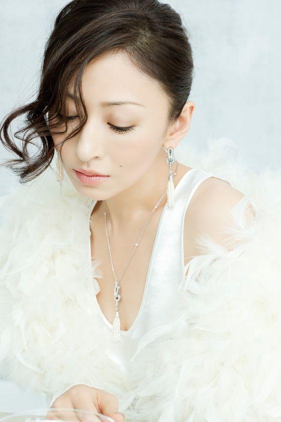 白色洋服の松雪泰子