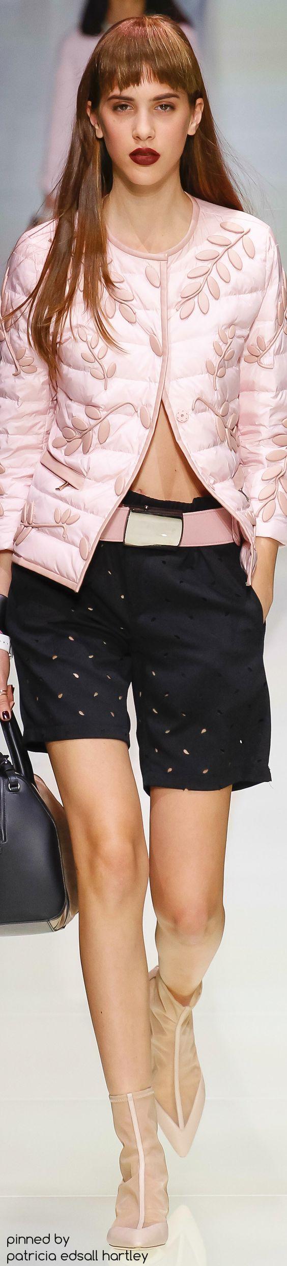 Estas peças Emporio Armani, mostram dois detalhes de inspiração na transformação do vestuário: o relevo num casaco e os corte(semelhantes a furos) no calção.