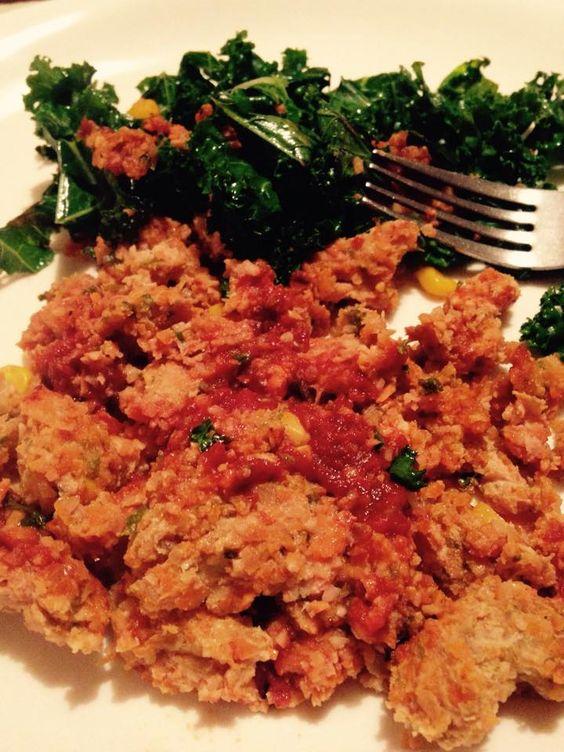 Pain de viande à la dinde hachée  Légumes hachés finement (ce que vous avez sous la main: carotte, piments rouges, oignon,...) Maïs en grain Ail en poudre ou frais  Mélanger le tout dans un bol.  Déposer dans un plat au four et badigeonner de sauce tomate mélangée avec des épices de votre choix. Pour ma part, j'ai fait l'essai avec de l'aneth qui fut délicieux !  Mettre au four à 375 degrés pour 20-25 minutes jusqu'à ce que le tout soit cuit.  Un autre choix santé !