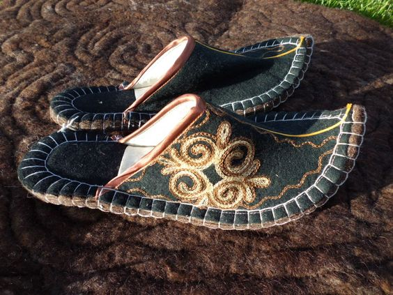 Filz Hausschuhe mit Ledersohle in Handarbeit hergestellt in Kirgisien 100% Wolle in Kleidung & Accessoires, Damenschuhe, Hausschuhe | eBay