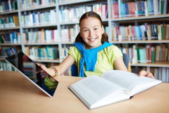 chica con tablet y libro