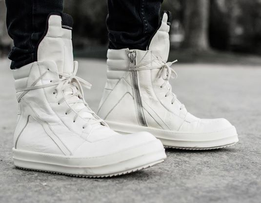 Cleane Coolness mit avantgardistischem Touch: Cremeweiße hoch geschnittene Sneakers aus mattem Glattleder und seitlichem Zipper. Hier entdecken und kaufen: http://sturbock.me/HnB