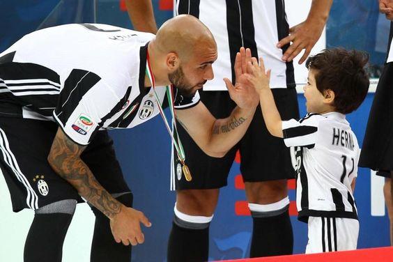 Juve, la premiazione dei campioni d'Italia #Zaza  (Adorable)