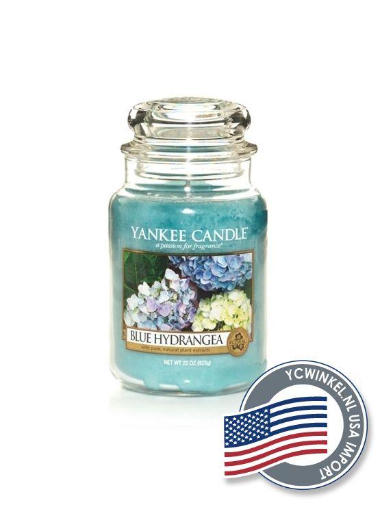 Yankee Candle Blue Hydrangeais een verleidelijke geur van mooie bloemen met groene tonen en hints van hyacint, sering en vanille. Large Jar  De Yankee Large Jar heeft tot wel 150 branduren en worden geleverd in de kenmerkende klassieke glazen pot.  Deze Yankee Candle potten passen in ieder interieur.  Denkt u eraan om de lont kort (3 mm) te houden, hierdoor gaat de Yankee Candle kaars niet walmen en gaat hij langer mee!  USA Import  Dit Yankee Candle Product is geïmporteerd uit Amerika en…