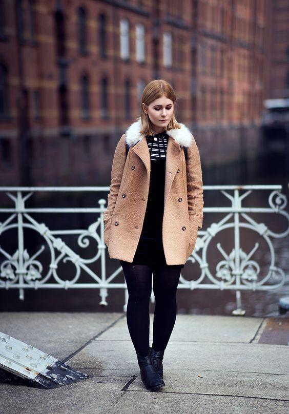 Fotografin und Bloggerin Christina Key aus Berlin trägt einen braunen Wintermantel mit weißem Kunst Fell