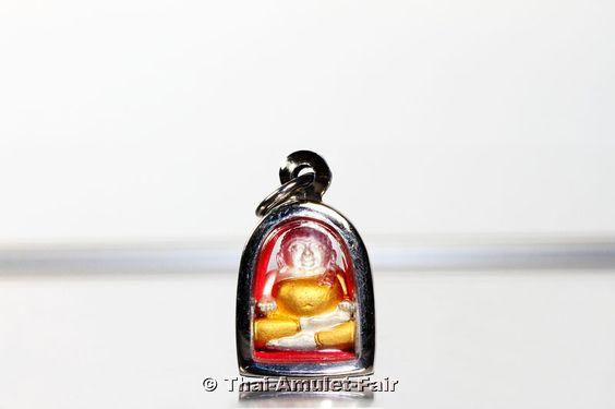 Vergoldetes Thai Glücksbuddha Phra Sangkachai Ruun 1 Rap Srap 91 Nuea Samrit Chup Thong 3K Chiewon Nak Thai Amulett des ehrwürdigen Luang Pho Thuam Kemma Charo (Phra Khru Piset Kehma Yahn), Abt des Wat Sri Suwan, Tambon Samhoo Thong, Amphoer Thachanha, Changwat Surat Thani, Südthailand vom Montag dem 21.10.2556 (2013). Der ehrwürdige Luang Pho Thuam erschuf das Amulett anlässlich seines bevorstehenden 91. Geburtstages in einer Kleinserie von nur 599 Stück.