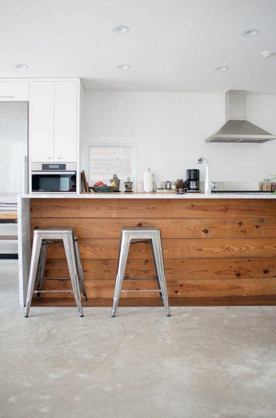 une cuisine moderne avec sol en béton ciré et ilot de cuisine central