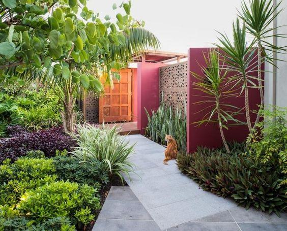 Kleiner Garten mit Holzzaun und Betonmauer von den Nachbarn - verputzte beton mauer bilder gartengestaltung