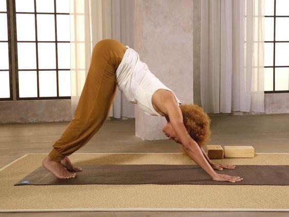 """In einem Ausschnitt aus der BRIGITTE Fitness-DVD """"Yoga"""" zeigt euch Fitness-Experten Diarra Diop, wie man den Sonnengruß macht. Optimal zum Einstieg oder ..."""