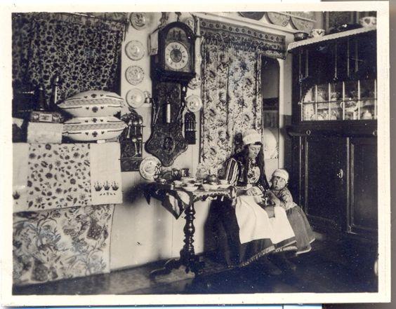 Marken interieur met een moeder en een klein kind