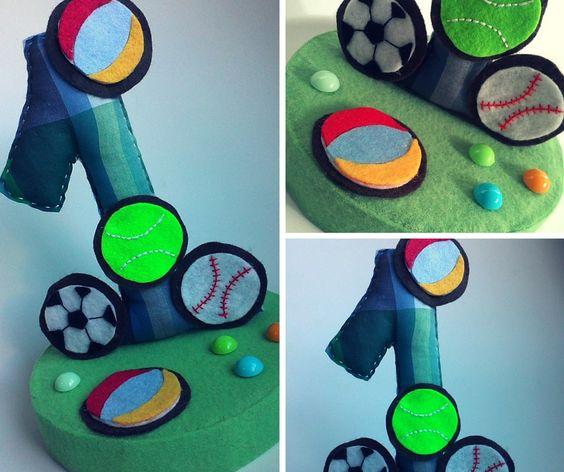 Topo de bolo personalizado, feito em tecido e feltro, preenchido com fibra siliconada, com a idade do aniversariante. #topodebolo #bola #feltro