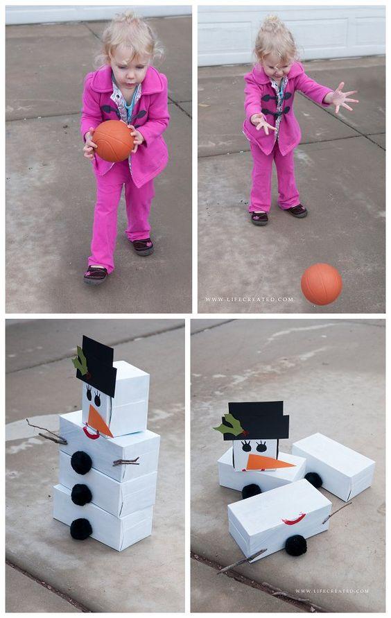 Para divertir as crianças durante a festa, você pode fazer um boliche de boneco de neve! Basta forrar de branco algumas caixas de sapatos e fazer os demais detalhes do Olaf (olhos, chapéu, nariz e botões) com papel colorido.