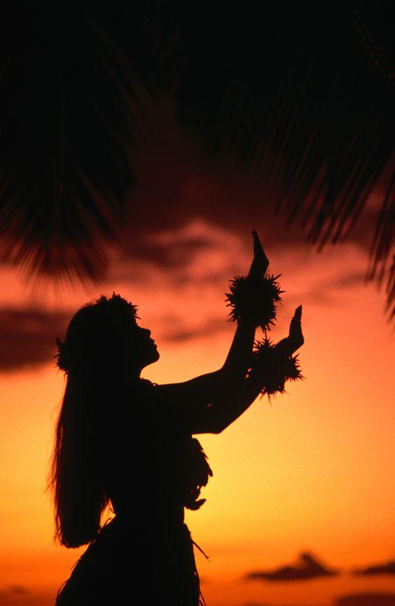 ハワイの夕日でフラ