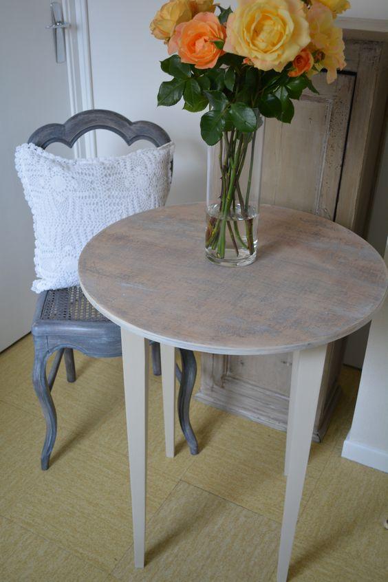 """Table style scandinave Les pieds sont patinés en """"argile"""" et le plateau à quant à lui était blanchi finition cire. J'ai voulu conserver les dessins du bois et différentes traces en les laissant apparaître sous le blanchissement du plateau."""