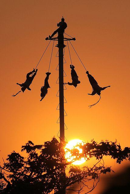 Voladores de Papantla, Mexico. Los Voladores son un testimonio vivo de los antepasados Totonacas que fundaron Papantla en el año 1200 y que continúa manteniendo la herencia cultural riquísima de esta región de México.