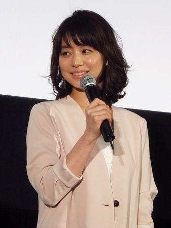 マイクを握る石田ゆり子