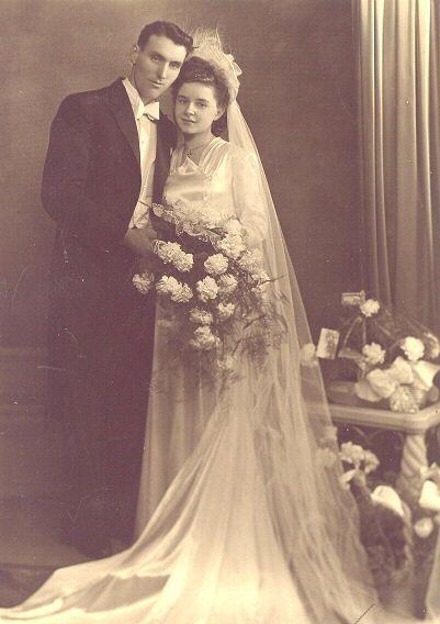 Dans les années 1950, après la Seconde Guerre mondiale, la forme princesse de la robe de mariée fait son come-back, notamment grâce au couturier Christian Dior. La taille est marquée et la forme est longue et évasée jusqu'aux pieds.