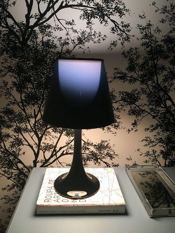 Miss K Table Lamp - Black  Luminária que comprei na YLigthing - a luz é difusa e quente por conta do acabamento interno que é dourado. Uma peça moderna e sofisticada. Amei.