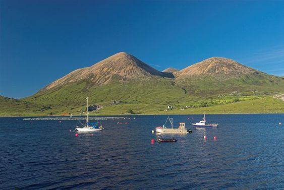 Foto de Loch Torrin na Ilha de Skye, na Escócia.  Parte da Grã-Bretanha Express Travel and Heritage Library Imagem, coleção Escócia.