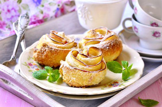 #Apfelkuchen muss nicht immer gleich aussehen. Die Zubereitung der #Apfel-Rosen-Küchlein aus knusprigem #Blätterteig, saftig süß-sauren #Äpfeln und feinem #Marzipan erfordert zwar ein wenig Fingerspitzengefühl, aber das Ergebnis ist seine Mühe wert!