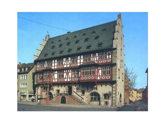 The half- timbered Goldsmith House used to serve as the town's city hall before being replaced by the Neustaedter Rathaus. It was heavily destroyed during the war on Macrh 19, 1945 but was rebuilt by the Hanauers. Now it has exhibits of local jewellery.
