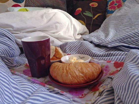 Frühstück im Bett | pillow party #kuschelig #cuddly #kissen #croissant #breakfast #frühstück #sunday #sonntag