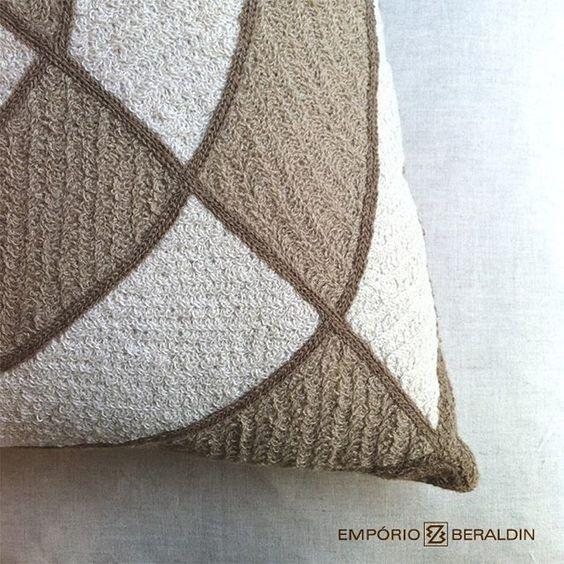 Detalhe da almofada bordada da Coleção Geometrias. #EmporioBeraldin2014