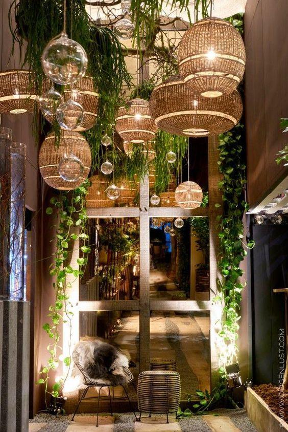 Uma decoração rústica chique, despojada e de baixo custo, pode ser feita com luminárias de palha, com um bonito efeito, em ambientes resi...