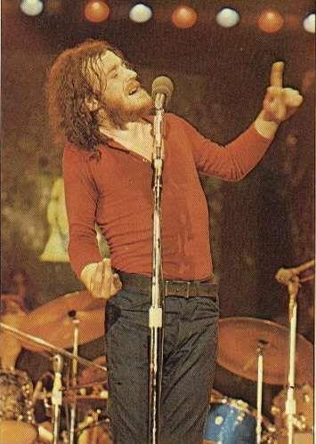 """Joe Cocker cantando """"Con un poco de ayuda de mis amigos en Woodstock""""."""