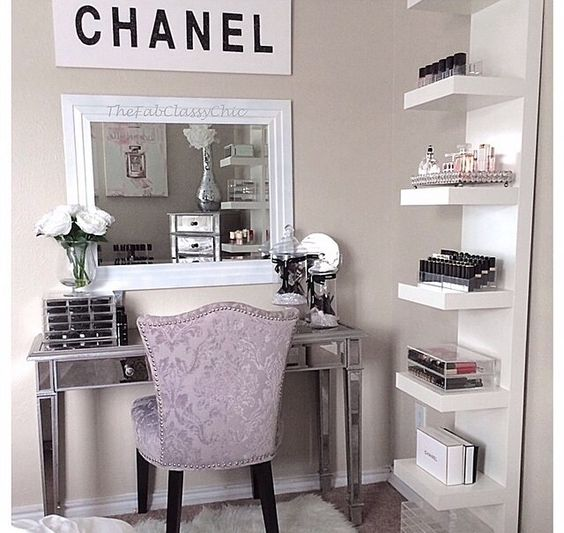 I like the layout on the desk - mirror and makeup thingy. Furthermore, I like the shelves but I do not have enough room