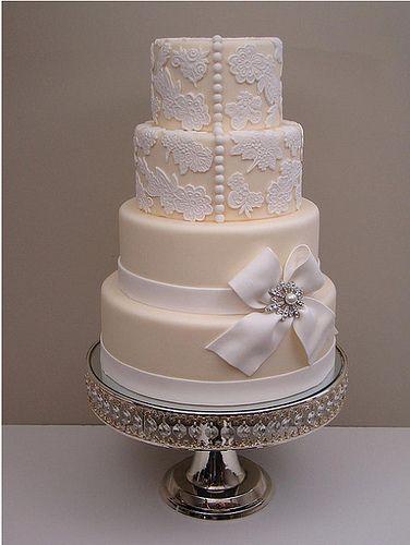 Bolo de casamento com quatro andares nas cores creme e branco. #bolo #casamento #legante #laço