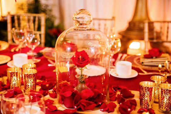 Sabia que é possível fazer seu casamento na Disney? Clique para ver os pacotes e valores! Na foto, decoração do jantar inspirado em a Bela e a Fera.