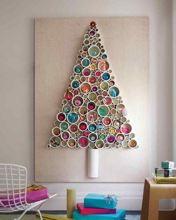 bricolages de Noël - sapin de Noël original à partir de tuyaux en plastique coupés et ornements à accrocher multicolores: