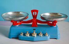 ancienne balance jouet années 60 avec ses poids Roberval