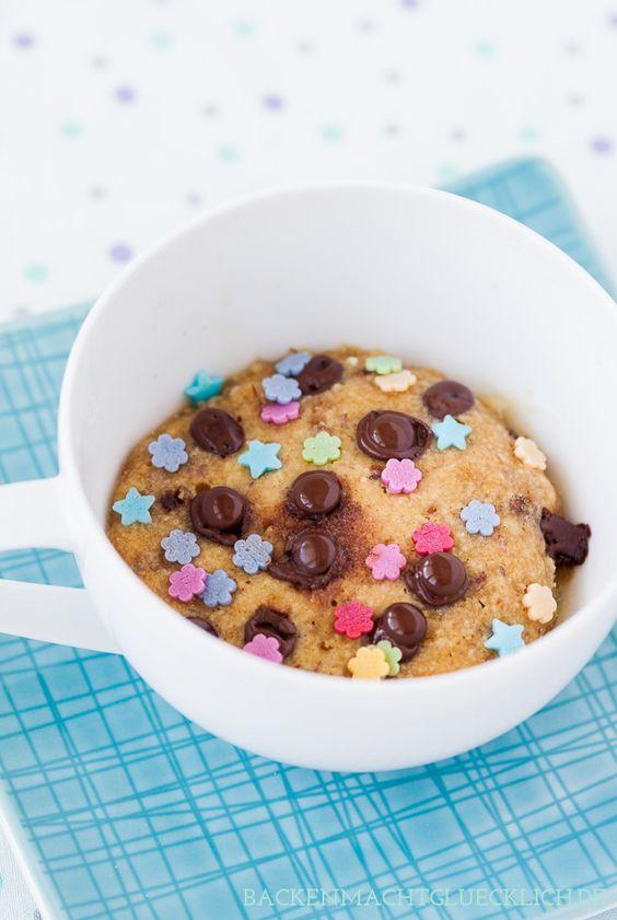 Mug Cookie aus der Mikrowelle, schneller Tassenkeks aus nur 4 Zutaten. Kinder lieben den Cookie zum Löffeln!   www.backenmachtgluecklich.de