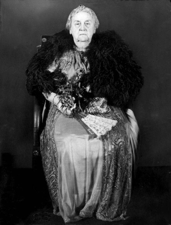 Queen Wilhelmina - Koningin Wilhelmina gefotografeerd tijdens een galadiner in het paleis met de regering.: