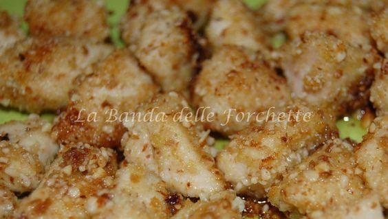 Dadini di pollo in panatura di mandorle, pinoli e limone - Ricetta sfiziosa