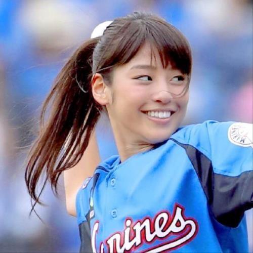 ボールを投げる瞬間の岡副麻希の美人でかわいい画像