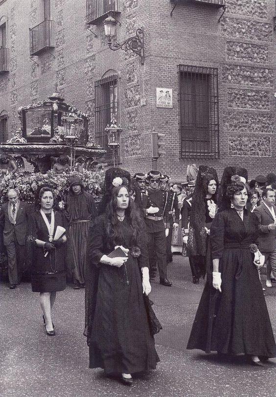Viernes Santo, procesión del Santo entierro en la iglesia de San Ginés.21-4-1973.