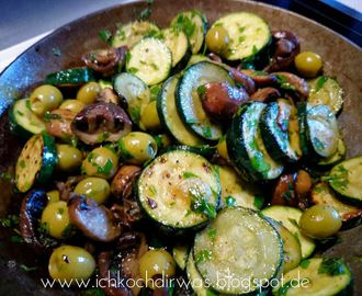 Marinierte Zucchini und Champions mit Oliven
