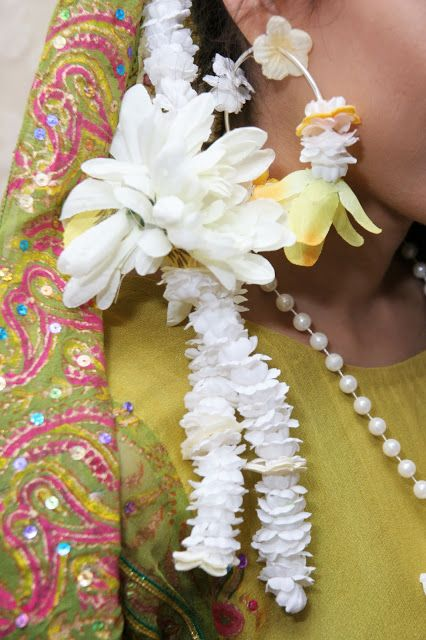 Mehndi Flower Hair : Hair flowers nd earring mehndi fashion