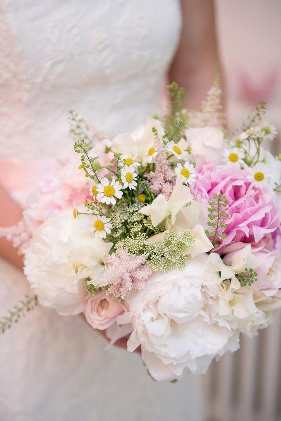 Ramo de novia colores pastel con peonías, astilbe, ammi, margaritas :: Peony Daisy Wedding Bouquet Flowers Bride http://www.sarareeve.com/