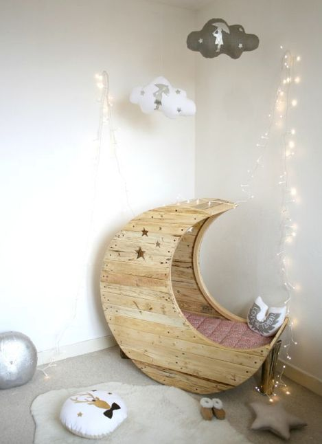 Moon crib made out of old pallets