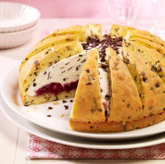 Kirsch-Stracciatella-Kuppel - Eine cremige Torte mit einer Quarkfüllung und mit Sauerkirschen