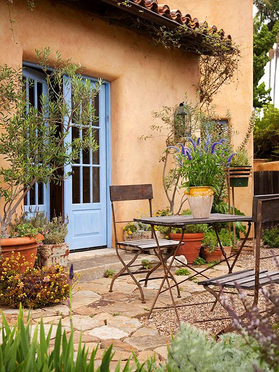 small + simple outdoor living spaces | terrasse, blaue türen und höfe, Garten Ideen