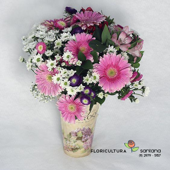 Um lindo arranjo de flores para presentear e decorar o ambiente, montado com Gérberas, Rainha Margarida, Astromélias e folhagens verdes no vaso de metal que contém desenhos de flores.    Imagem ilustrativa:  Partes da composição podem ser substituídas por outra da mesma qualidade e valor. Foto meramente ilustrativa, produto pode ter variação da foto.  http://www.floriculturasantana.com.br/jardim_de_flores_gerberas_e_margaridas